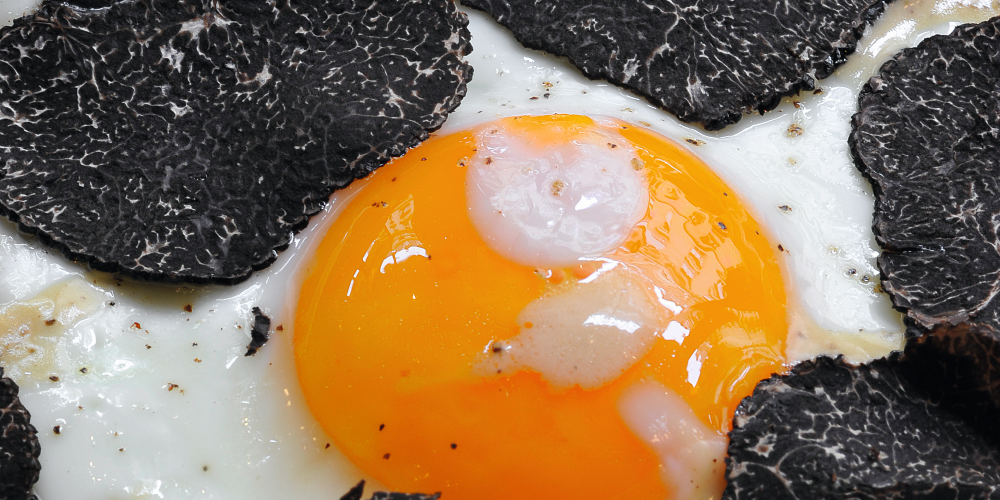 Fried eggs with black truffles