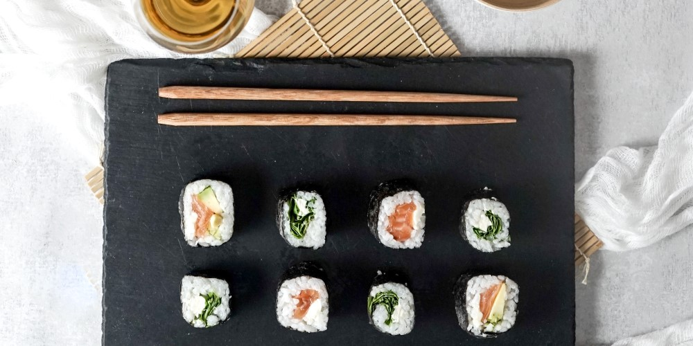 Salmon and avocado maki, perfect with a sweet Bordeaux