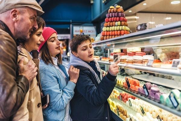 French family picking macarons