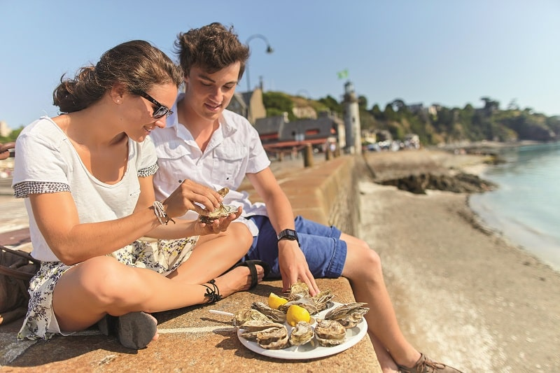 Tourists enjoying oysters