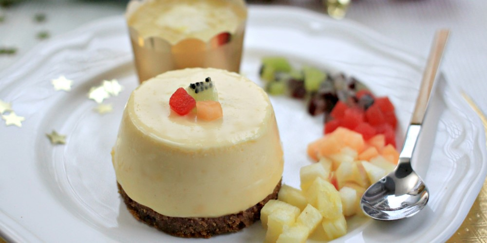 Speculoos cheesecake with pineapple coulis