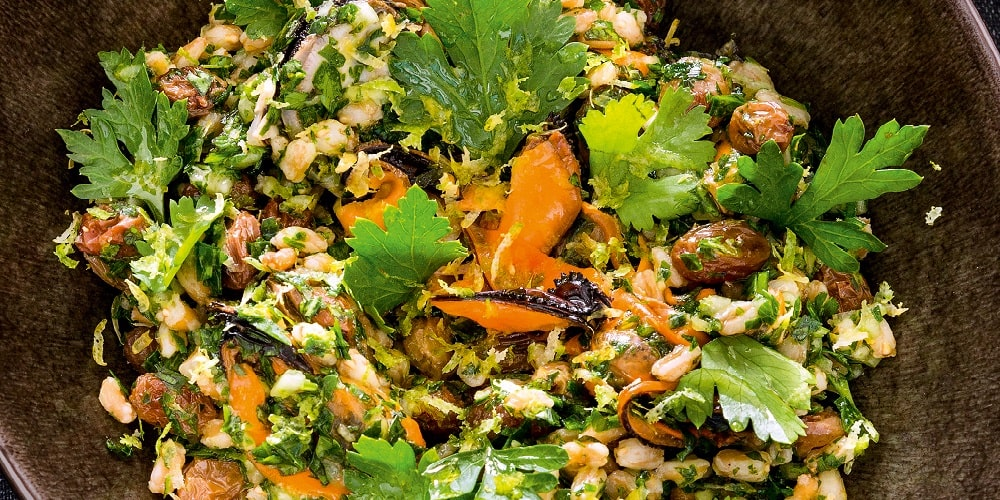 Spelt tabbouleh with mussels, raisins and mint